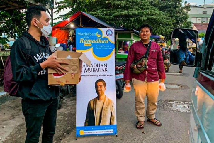 Suporter Manchester City di Indonesia bagikan takjil dari Gundogan