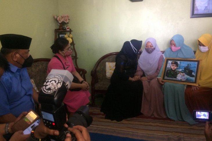 Anggota DPR RI berikan semangat keluarga ABK KRI Nanggala di Sidoarjo