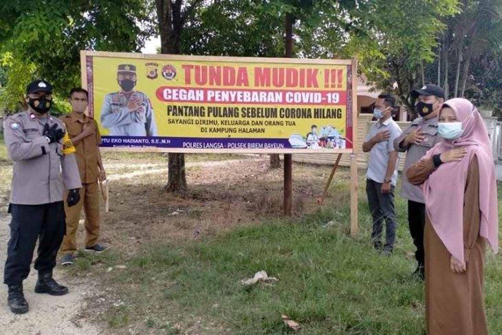 Polisi pasang spanduk larangan mudik di perbatasan Aceh Timur dan Langsa