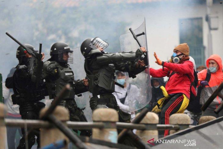 Polisi tembakkan gas air mata ke pengunjuk rasa di Bogota
