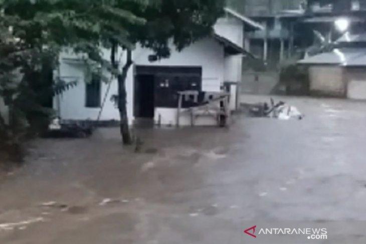 Hujan deras akibatkan lima daerah di Sukabumi diterjang banjir dan longsor