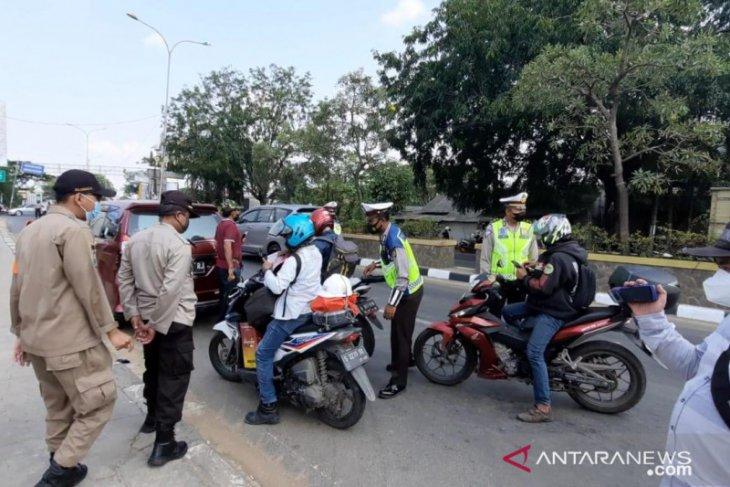Petugas hentikan 200 pemudik di Jalur Pantura Bekasi