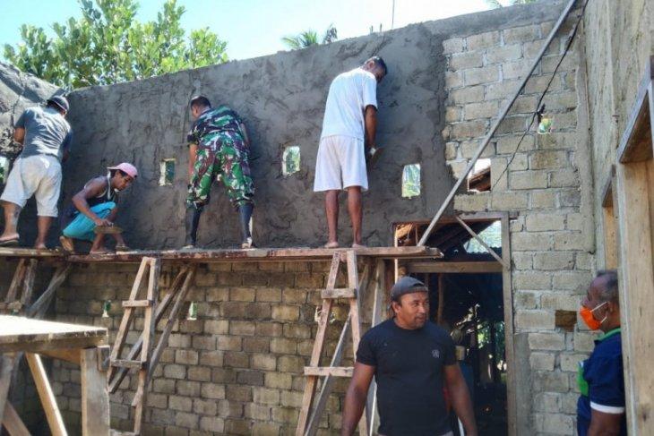 Anggota TNI -  AD gerakan warga renovasi rumah seorang nelayan di Jailolo