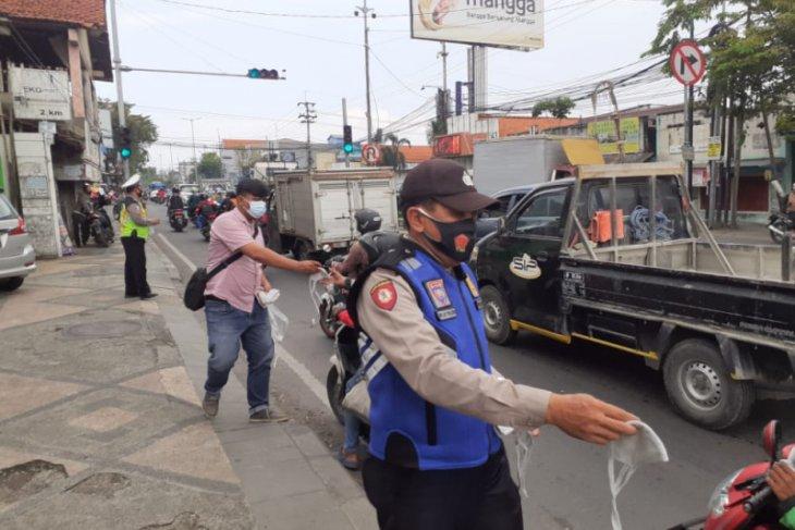Polresta Sidoarjo bagikan 50 ribu masker kepada pengendara.