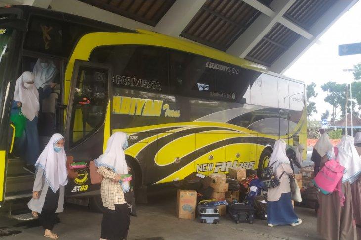 Ratusan santri asal Bali pulang melalui Terminal Mengwi-Badung (video)