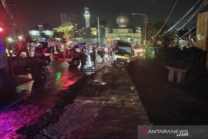 Sebuah truk terjebak dan nyaris terseret longsor