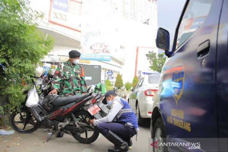 Dishub Kota Tangerang gemboskan ban 139 unit kendaraan karena parkir liar