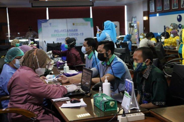 Pastikan pelayanan prima seluruh karyawan Bank Kalsel ikuti vaksinasi COVID-19