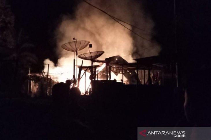 Sebuah gudang gas di Pasar Pargarutan Tapsel  terbakar, warga berhamburan