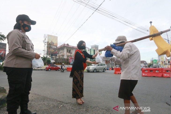 Polwan Gorontalo bagikan takjil dengan mengenakan kebaya