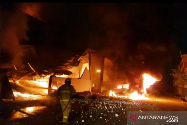 Lima gudang penyimpanan koper dan injeksi plastik terbakar