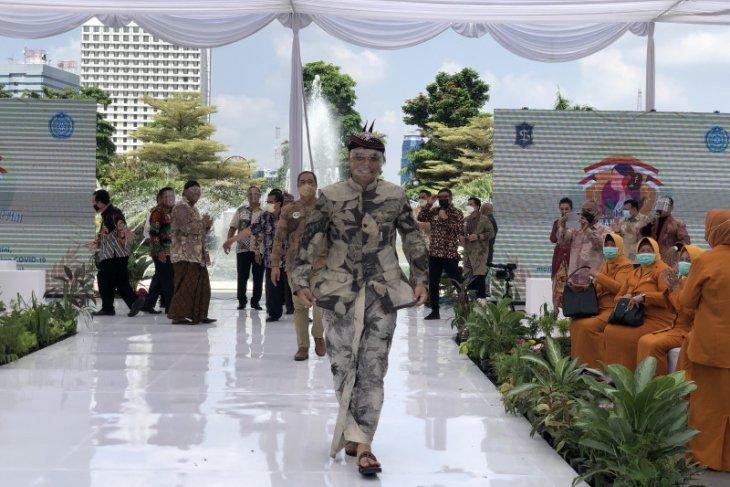 Sejumlah Kepala OPD Pemkot Surabaya jadi model lomba busana UMKM