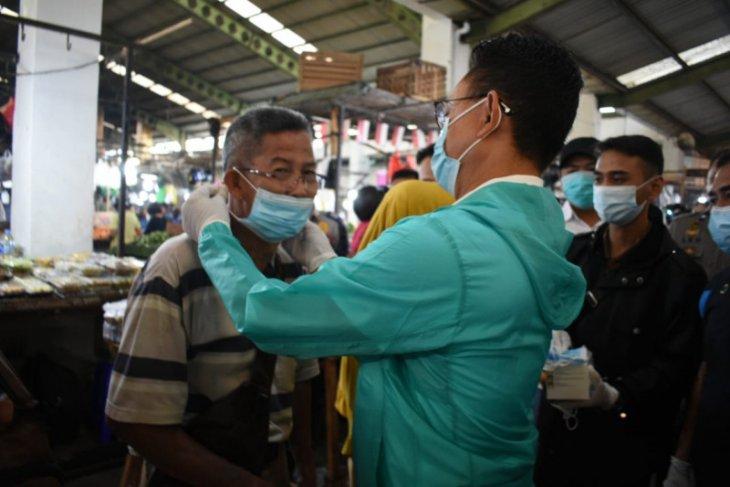 Edi Kamtono bagikan masker gratis di Pasar Flamboyan
