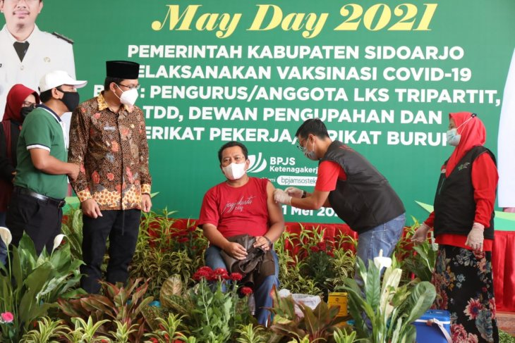 Pemkab Sidoarjo peringati Hari Buruh dengan vaksinasi bersama