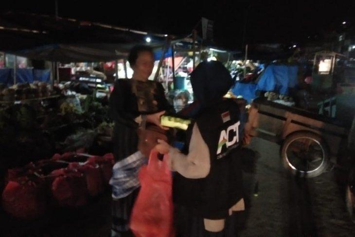 ACT-MRI Maluku berbagi makanan sahur dengan pedagang asongan di Kota  Ambon