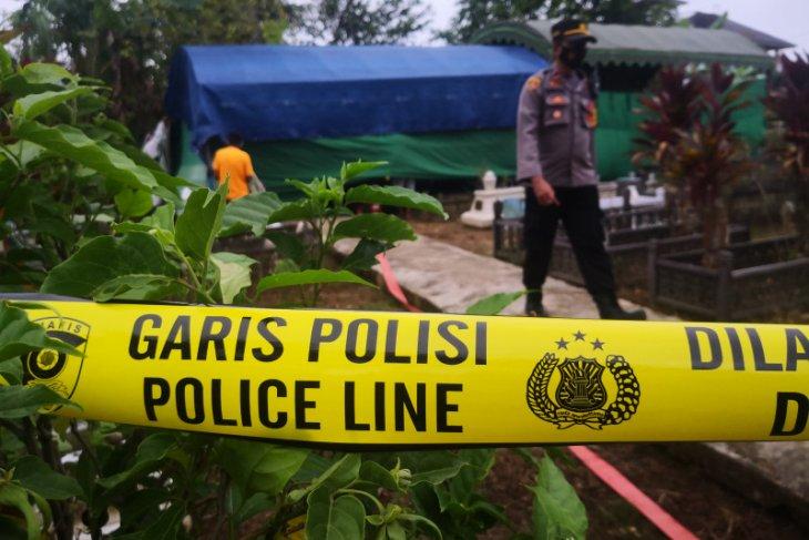 Makam cucu mantan Bupati Tapin dibongkar polisi autopsi mayat