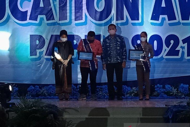 Two slain teachers in Papua's Beoga receive Education Award