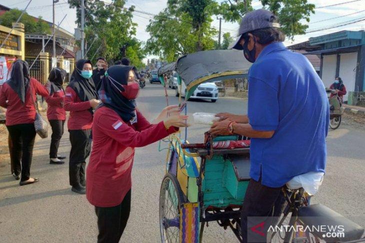 Bhayangkari  Polres HST bagikan 100 nasi kotak berbuka