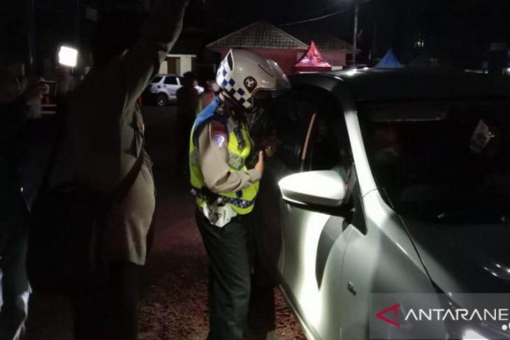 Petugas gabungan jaring ratusan kendaraan pemudik hendak masuk Sukabumi