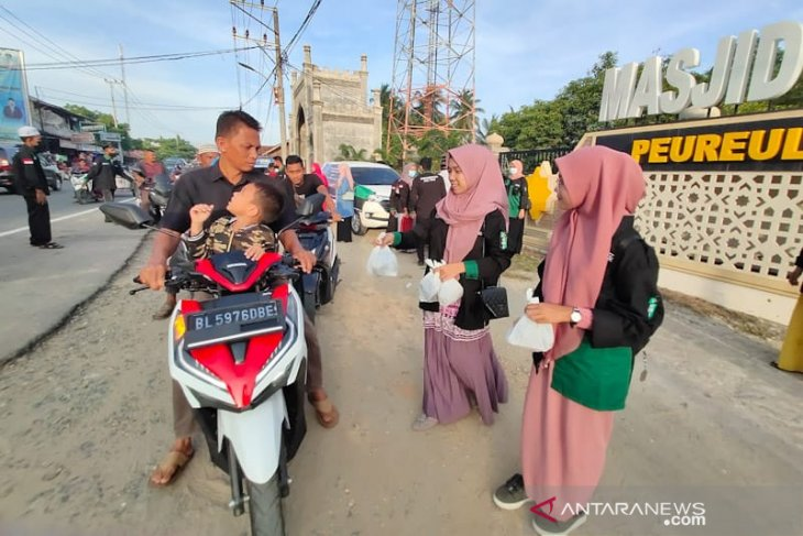 HMI Aceh Timur bagi-bagi takjil untuk pengguna jalan