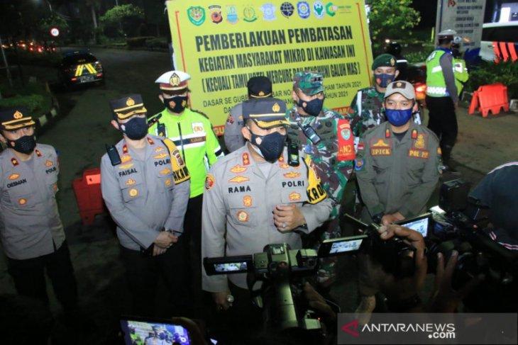 Petugas lakukan penyekatan di wilayah perkotaan Karawang