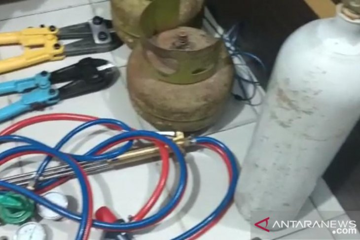 Pembobol minimarket beraksi dengan membawa alat las untuk bongkar gembok