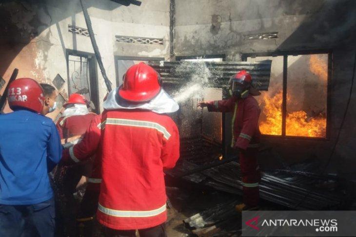 Rumah yang diduga penampung minyak ilegal terbakar