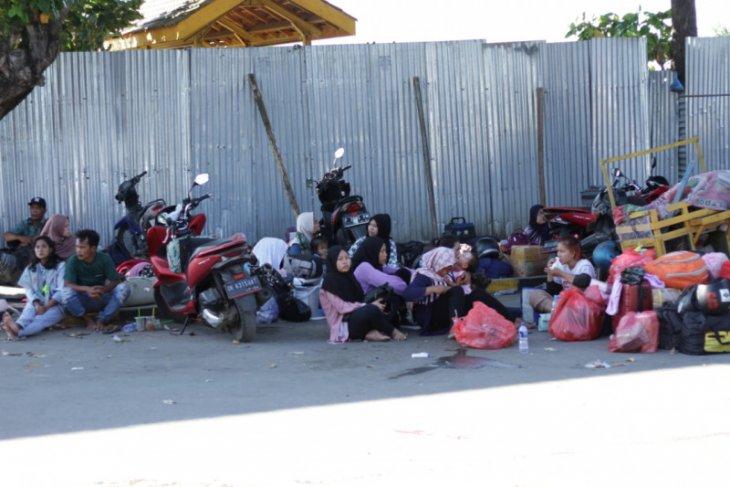 Ratusan calon penumpang tujuan Pulau Raas Madura tertahan di Pelabuhan Situbondo