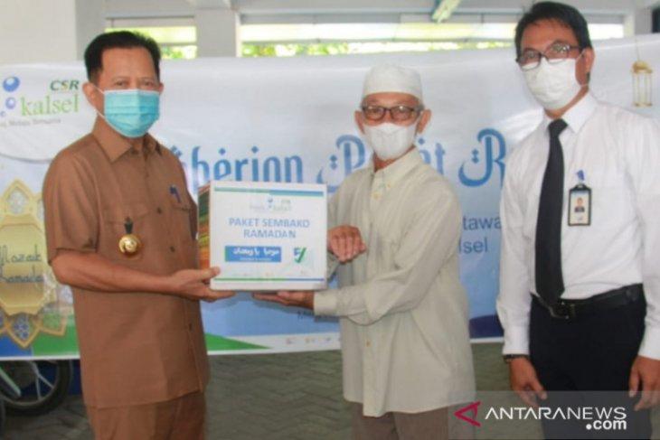 Bank Kalsel Rantau serahkan 170 paket sembako Ramadhan untuk pensiunan