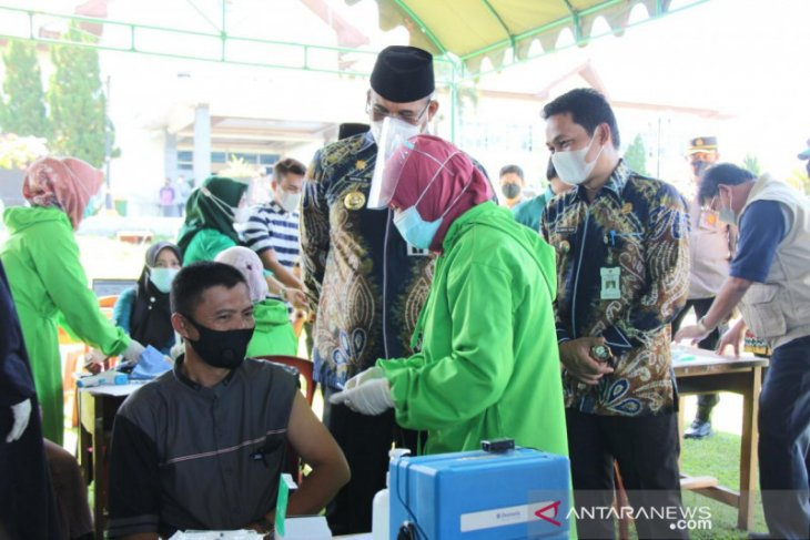 South Kalimantan targets vaccination for elderly to complete in June