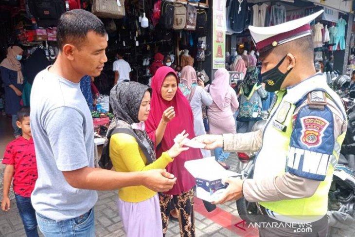 Polisi bagi-bagi masker untuk pengunjung pasar di Meulaboh, ada apa?