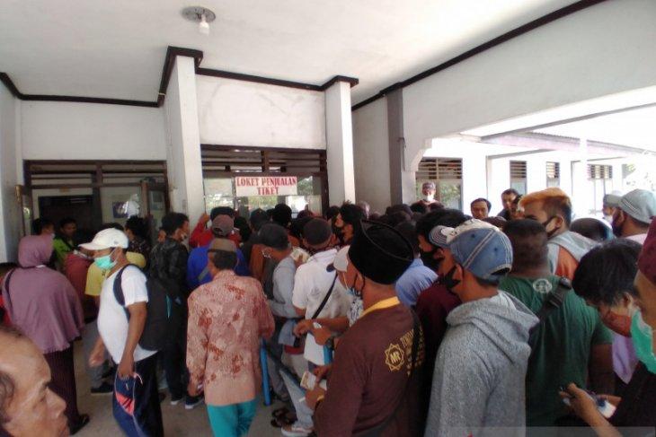 Sejumlah calon penumpang kapal feri di Pelabuhan Jangkar Situbondo kecewa tak mendapat tiket