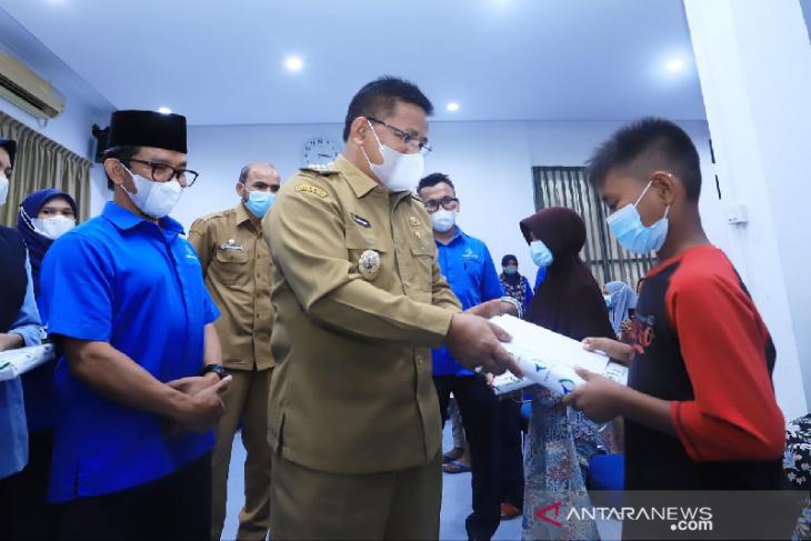 Aminullah salurkan santunan anak yatim dari PDAM Tirta Daroy