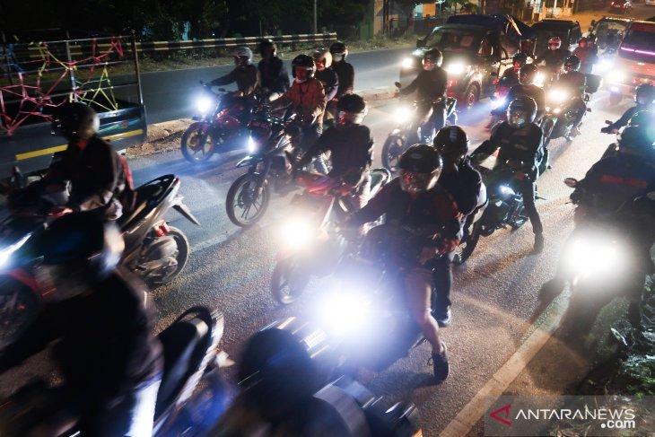 Pemudik gunakan sepeda motor padati jalur Pantai Utara Jawa