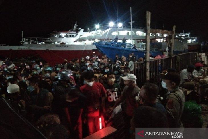 Penumpang kapal malam rute Kendari-Raha membludak jelang larangan mudik