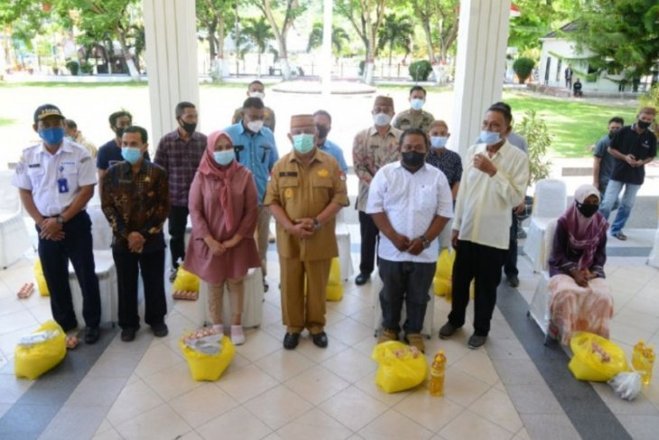 Gubernur Gorontalo salurkan bantuan pangan ke sopir dan pengusaha angkutan