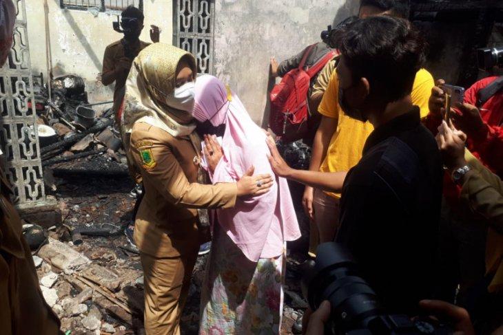 Wali Kota Mojokerto Ning Ita bantu korban kebakaran di Kauman
