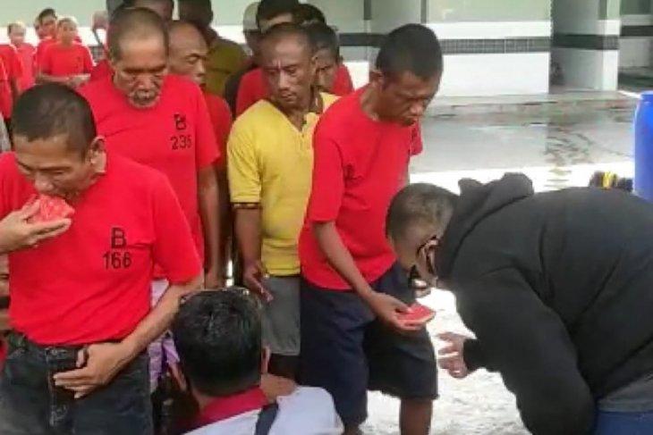 Pria mengumpat pengunjung mal bermasker disanksi kerja sosial di Liponsos Surabaya