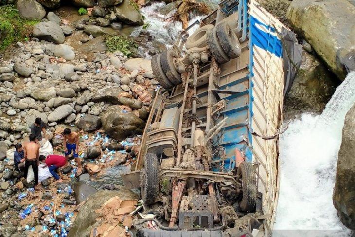 Sebuah truk pengangkut susu terguling ke sungai setinggi 30 meter