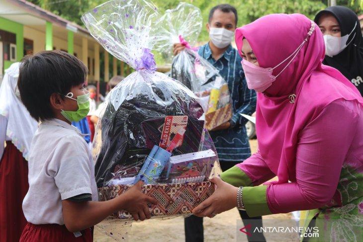 52 siswa terima di Kecamatan Loksado terima bantuan GNOTA