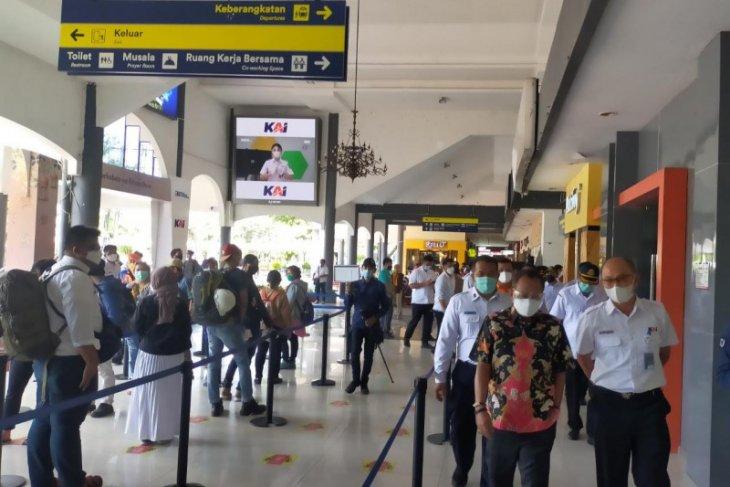 Jelang larangan mudik, Wawali Surabaya pantau kesiapan stasiun KA Gubeng dan Terminal Purabaya