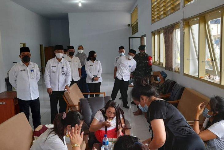 Sekda Banyuwangi pantau kondisi kesehatan pekerja migran di tempat karantina