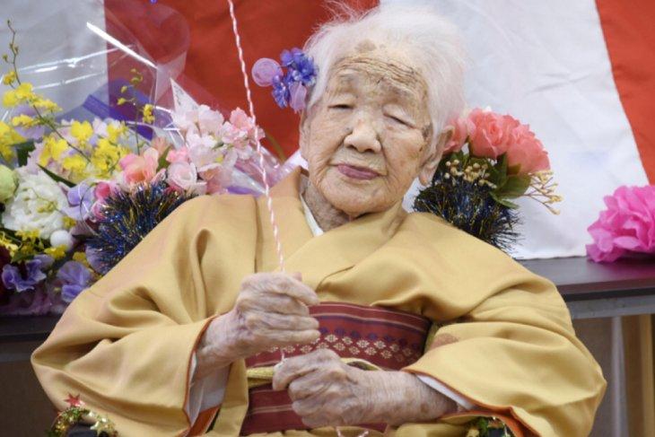 Orang tertua di dunia mundur dari kirab obor Olimpiade