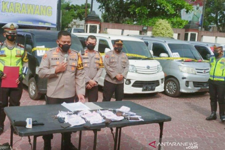 32 mobil travel gelap angkut pemudik diamankan polisi di Karawang