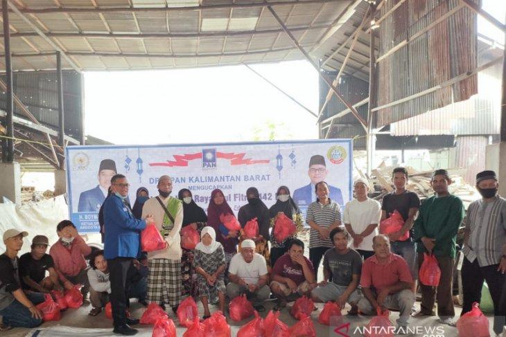 Ketua Fraksi AKB DPRD Pontianak salurkan bingkisan lebaran