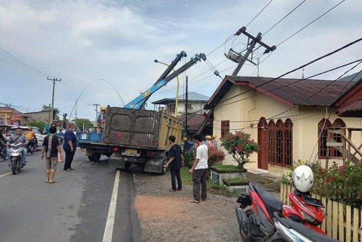 Truk hantam tiang listrik akibatkan pemadaman