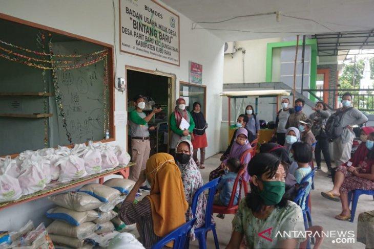 Desa Parit Baru bagikan 150 paket sembako dalam pemberlakukan PPKM mikro