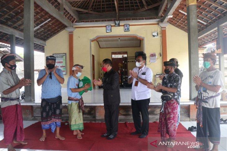 Bupati Karangasem bersama Bank BPD Bali bantu sembako di tiga lokasi