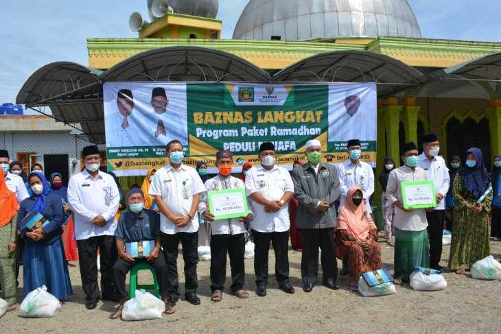 Bupati Langkat serahkan bantuan untuk masjid dan buat kaum dhuafa