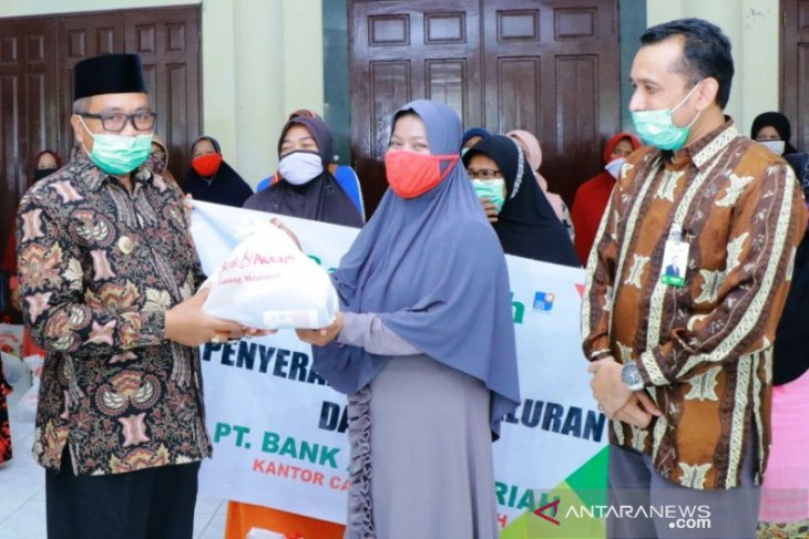 Jelang Lebaran, Bupati Aceh Barat serahkan bantuan untuk penyapu jalan